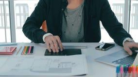 Unrecognizable młody projektant przy jego miejscem pracy rozwija telefonu komórkowego zastosowanie zbiory