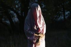 Unrecognizable maniacki morderstwo w białym pustym prześcieradle w noc lesie f zdjęcia royalty free