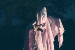 Unrecognizable maniacki morderstwo w białym pustym prześcieradle w noc lesie f obraz stock