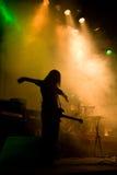 Unrecognizable Musiker mit Gitarre auf der Stufe Stockfotos