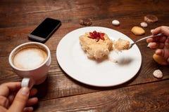 Unrecognizable osoby łasowanie tortowy i pije kawę Zdjęcie Royalty Free