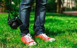 Unrecognizable podróżnik z kamerą Zdjęcia Stock