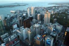 Unrecognizable podstawowa bluza podczas podstawowego skoku nad Auckland miasta śródmieściem obraz royalty free