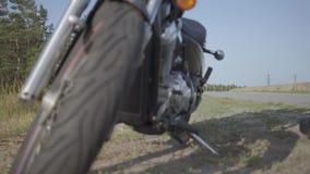 Unrecognizable rowerzysta w czerni kuje komesów motocykl Hobby, podróżować i aktywny styl życia, Żeński rowerzysta na ona zbiory