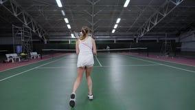 Unrecognizable sportsmenki pozycja na tenisowym sądzie i bawić się dopasowaniu zdjęcie wideo