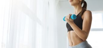 Unrecognizable sprawności fizycznej kobieta ćwiczy z dumbbells, kopii przestrzeń zdjęcie stock