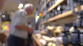 Unrecognizable starszy męski klient w kosmetyka sklepie Fotografia Stock