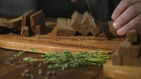 Unrecognizable szef kuchni ciie czarnego chleb na plasterkach lub wtyka przygotowywać piwne przekąski zbiory