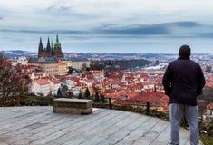 Unrecognizable turystyczny mężczyzna cieszący się wielkiego panoramicznego widoku oo Obrazy Royalty Free