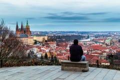 Unrecognizable turystyczny mężczyzna cieszący się wielkiego panoramicznego widoku oo Obraz Royalty Free