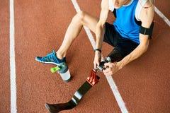 Unrecognizble妨碍了修理人为肢体的运动员 免版税库存图片