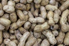 Unrefined arachidy w skorupie na rynku sprzeciwiają się w świetle dziennym obrazy royalty free