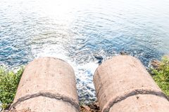 Unreines Wasser vom Abwasserkanal Lizenzfreie Stockbilder