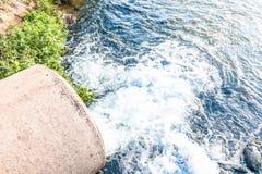 Unreines Wasser vom Abwasserkanal Lizenzfreies Stockfoto
