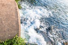 Unreines Wasser vom Abwasserkanal Lizenzfreie Stockfotografie