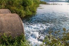 Unreines Wasser vom Abwasserkanal Stockfoto