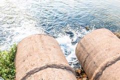 Unreines Wasser vom Abwasserkanal Stockfotos