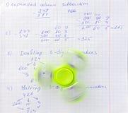 Unruhespinner-Druckentlastungsspielzeug auf Notizbuchhintergrund stockfoto