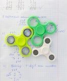 Unruhespinner-Druckentlastungsspielzeug auf Notizbuchhintergrund stockfotografie