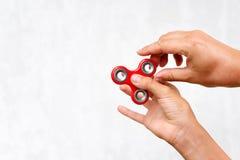 Unruhespinner Roter Handspinner, die Jungen, die mit der beunruhigenden Hand spielen, spielen Entspannung Antidruck und Entspannu Stockfotografie
