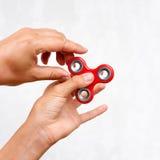 Unruhespinner Roter Handspinner, die Jungen, die mit der beunruhigenden Hand spielen, spielen Entspannung Antidruck und Entspannu Lizenzfreies Stockbild