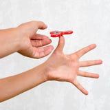 Unruhespinner Roter Handspinner, die Jungen, die mit der beunruhigenden Hand spielen, spielen Entspannung Antidruck und Entspannu Lizenzfreie Stockbilder