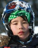 Uns 10 anos velhos com um capacete do esqui Fotografia de Stock Royalty Free