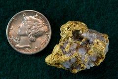 Guld- Nevada/kvartklump Royaltyfria Bilder