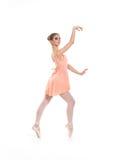 Uns jovens e um dançarino de bailado fêmea do ajuste em um vestido alaranjado foto de stock