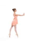 Uns jovens e um dançarino de bailado fêmea do ajuste em um vestido alaranjado fotografia de stock royalty free