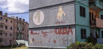 Uns-Kubanerbeziehungen: Wand in Kuba zeigt diplomatischen Händedruck zwischen Ländern stockfotografie
