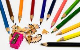 Uns lotes do lápis e do apontador da cor no fundo branco Fotos de Stock
