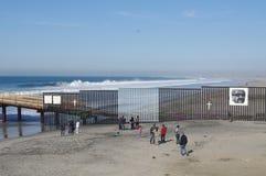 Uns-mexikanische Grenze in Tijuana stockfotos