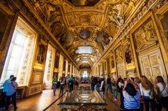 Uns muitos dos visitantes em esse dos muitos sala no museu do Louvre imagens de stock royalty free