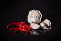 Uns pimentões e um alho vermelhos Fotos de Stock Royalty Free