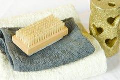 UNS TERMAS ajustaram-se com toalhas e vela dourada Foto de Stock Royalty Free