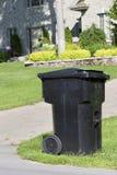 Unsachgemäß in Position gebrachter fahrbarer Abfalldose Curbside stockbilder