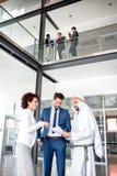 Unsatisfied chefer på mötet med den arabiska mannen Arkivfoto