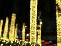 Unschärfe, dekorative KettenGlühlampe im Freien, die in der Nacht am Baum im Garten, dekoratives Weihnachtslichter bokeh, Weihnac Stockfotografie