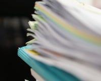 Unschärfe der Datei der Dokumente und der blauen Datei stockfotografie