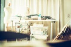 Unschärfe der modernen Werkstatt oder des Studios mit Attrappe, Tabelle und verschiedenen Werkzeugen Lizenzfreies Stockfoto