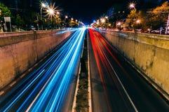Unschärfe des nächtlichen Verkehrs lizenzfreie stockfotografie