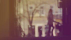 Unschärfe-Schattenbild der unerkennbaren Frauenfigur, Mutter, die Baby in den Prams auf der Straße drückt stock footage