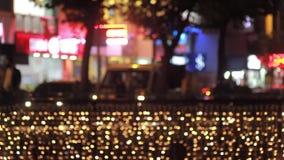 Unschärfe-Stadt-Lichter, Verkehr und Leute nachts stock video