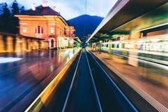 Unschärfe von den Lichtern, die Station verlassen Stockfoto