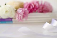 Unschärfeabstrakter Blumenhintergrund mit Band stockfotografie