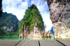 Unschärfebild des Terrassenholzes und des schönen Anlegestellengehwegs Guilin Thailand Lizenzfreies Stockbild