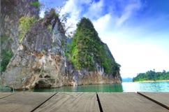 Unschärfebild des Terrassenholzes und des schönen Anlegestellengehwegs Guilin Thailandkway Guilin Thailand Lizenzfreie Stockbilder