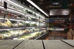 Unschärfebild des Terrassenholzes und des Supermarkthintergrundes lizenzfreie stockbilder