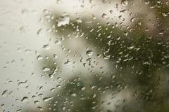 Unschärfehintergrund mit Wassertropfen Stockfotografie